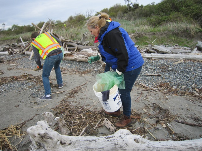 Earth Day beach cleanup3